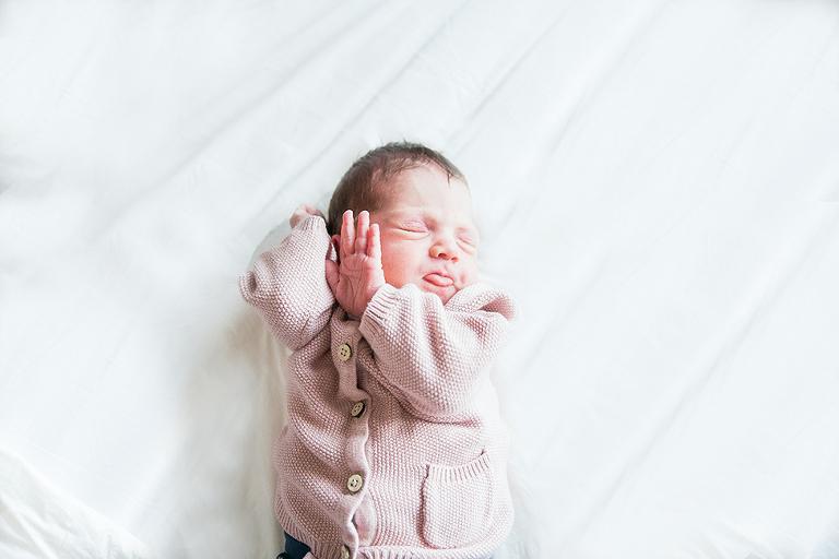 newbornfotograaf-baby-uitrekken