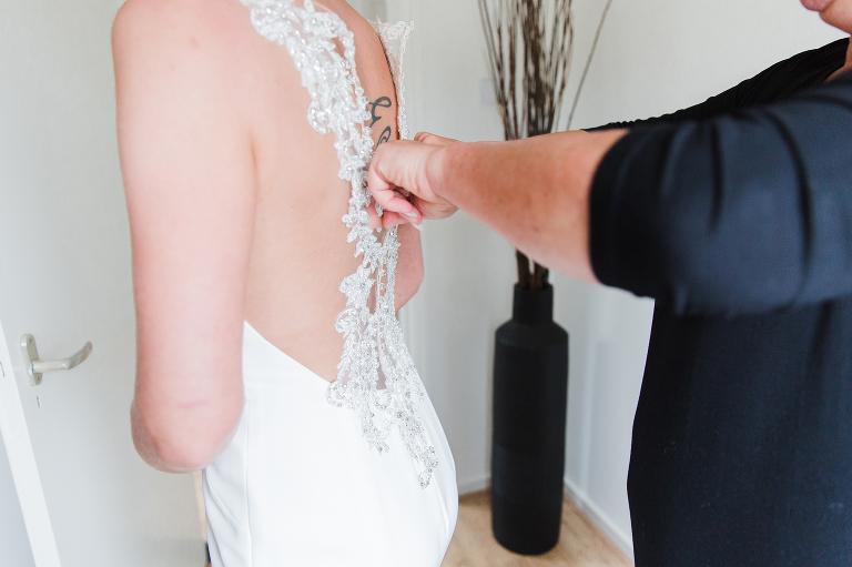 dichtknopen jurk trouwfotograaf Noord-Holland
